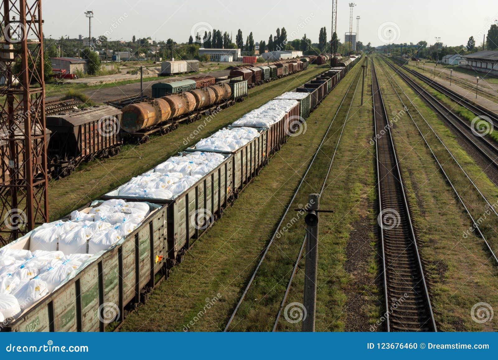 Поезд груза железнодорожный вокзал