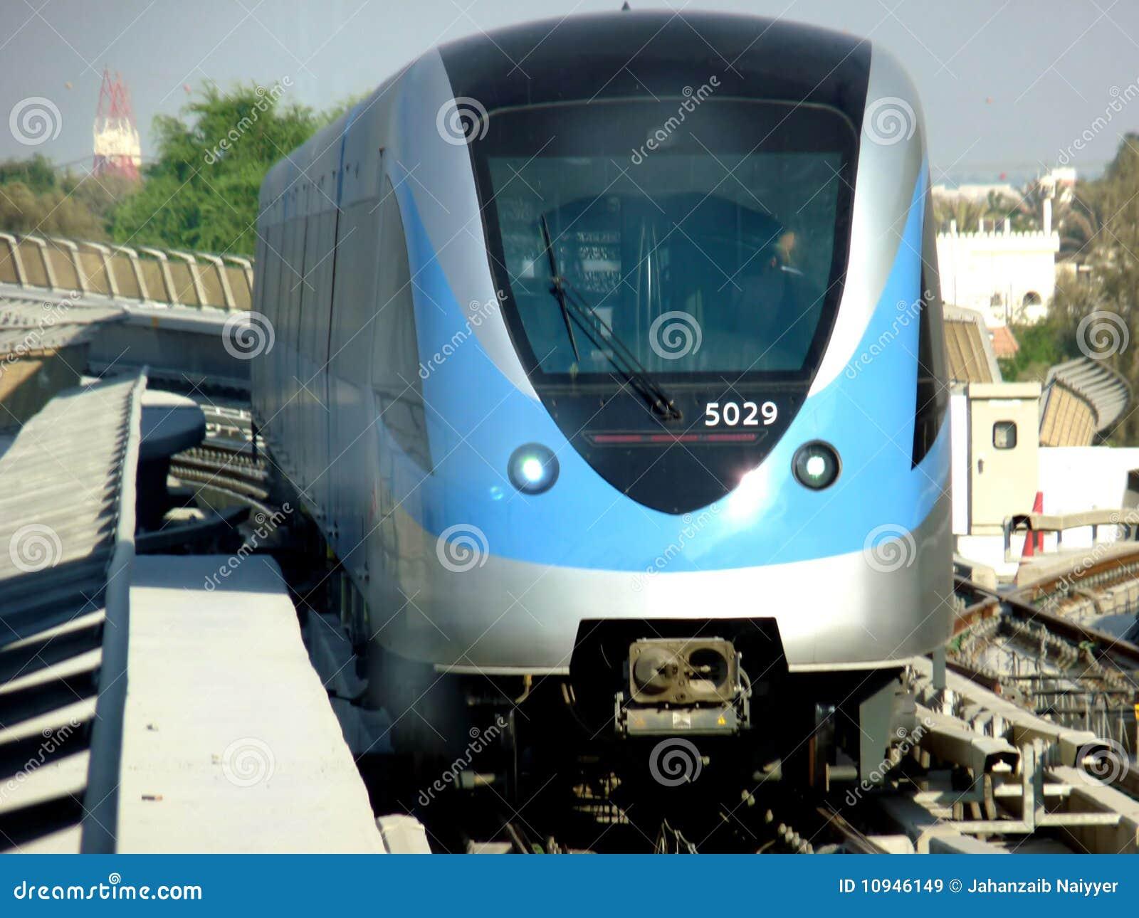 поезд метро Дубай