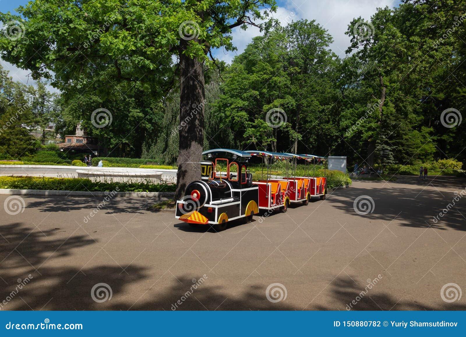 поезд небольших детей ждать своих маленьких пассажиров в парке