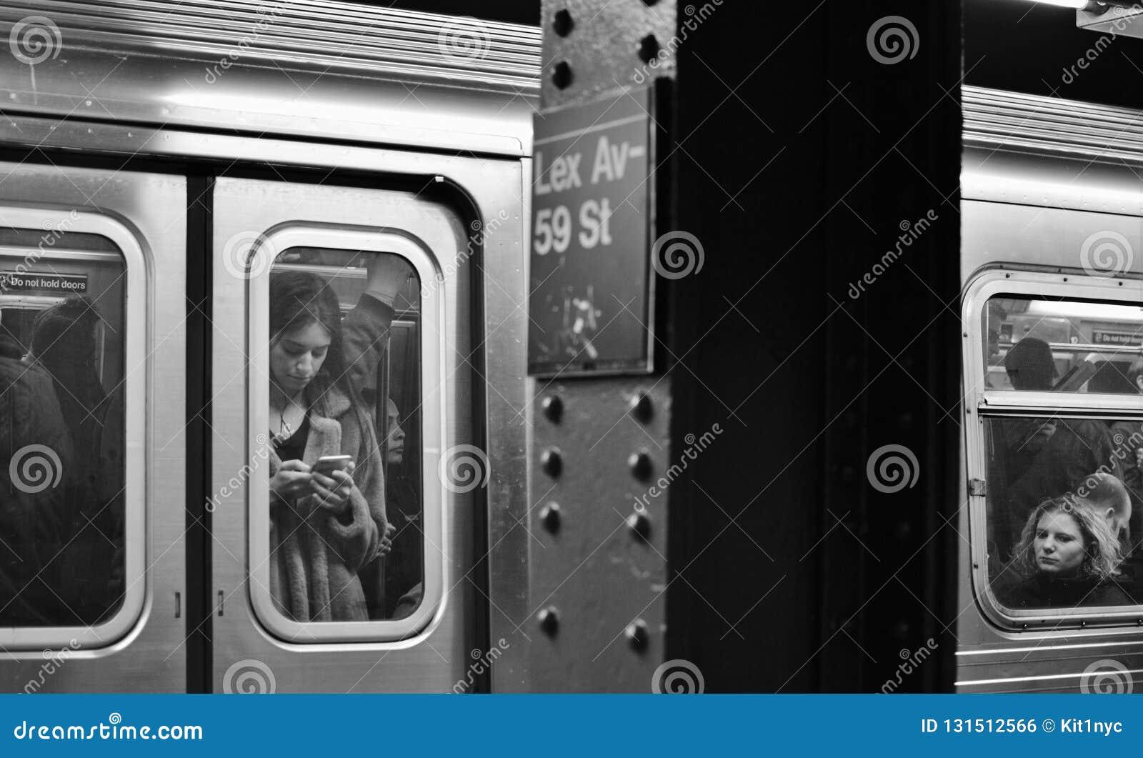 Поезд перехода города Манхэттена бульвара Lexington знака метро NYC расположенный на окраине города приезжая