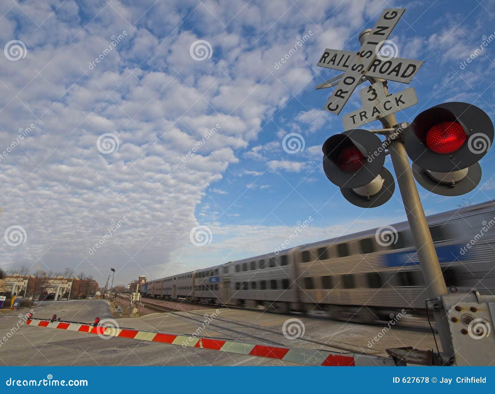 Download поезд скрещивания регулярного пассажира пригородных поездов Стоковое Фото - изображение насчитывающей междугородно, commuter: 627678
