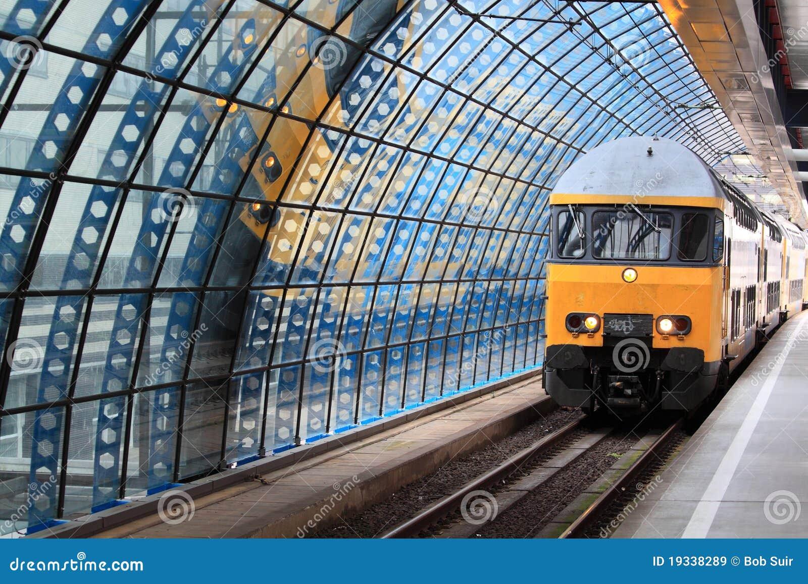 поезд станции amsterdam