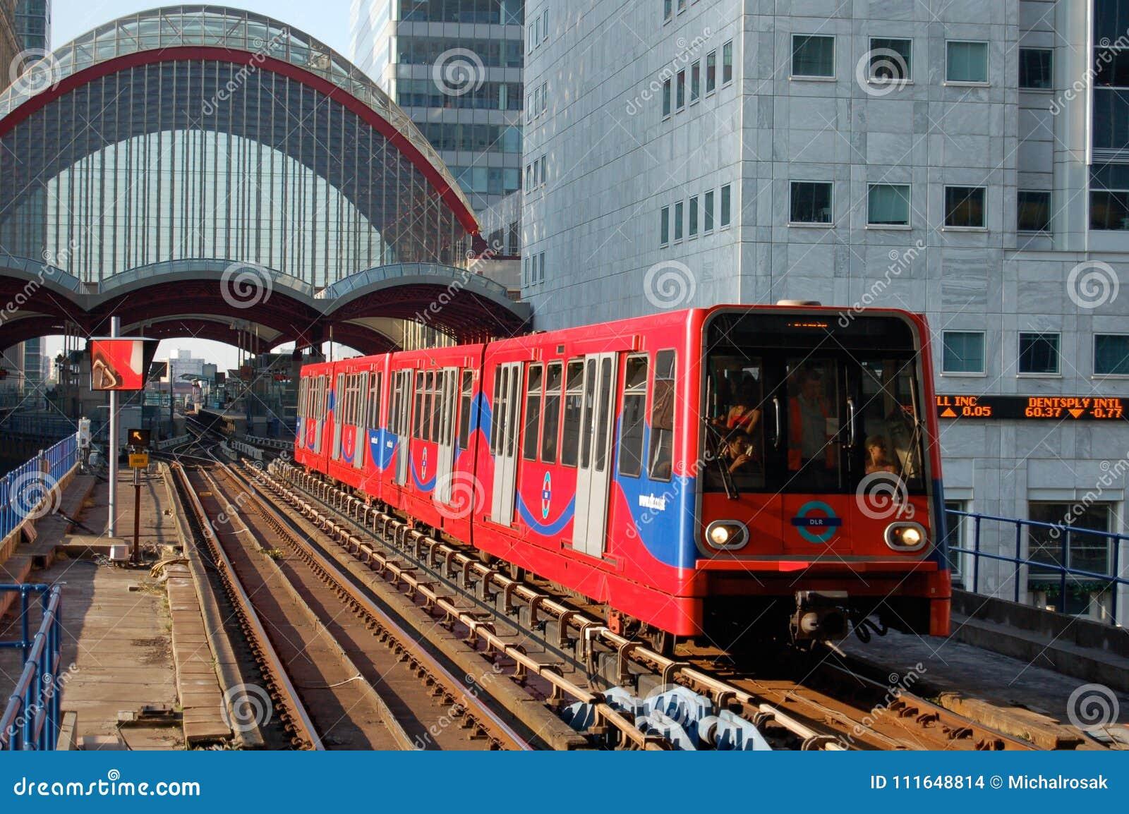 Поезд узкоколейной железной дороги причаливая станции на канереечном причале, Lon