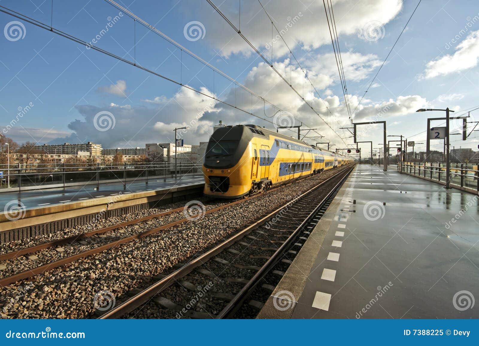 поезд amsterdam приезжая нидерландский