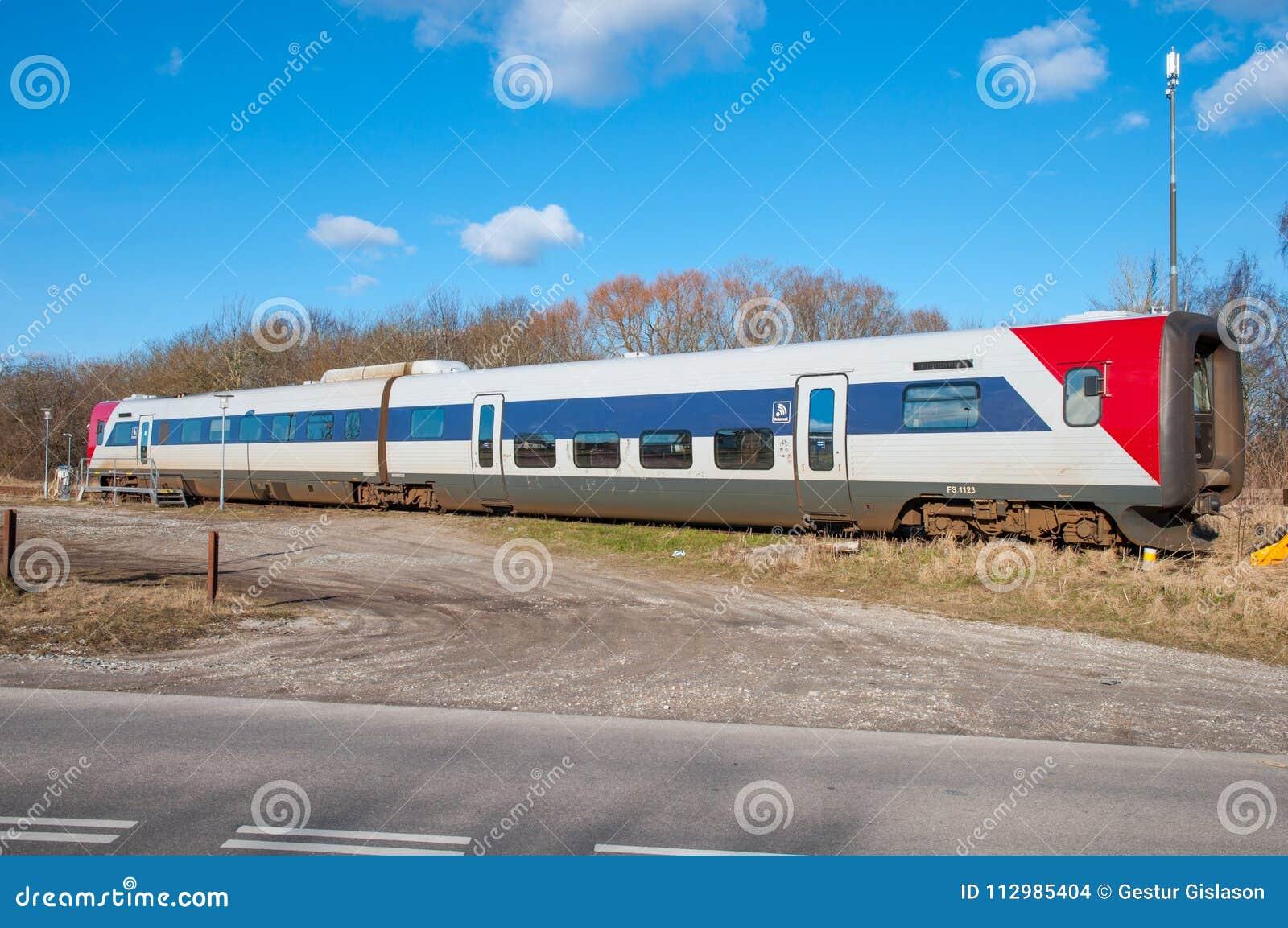 Поезд Lokaltog IC2 установленный на вокзал Tollose
