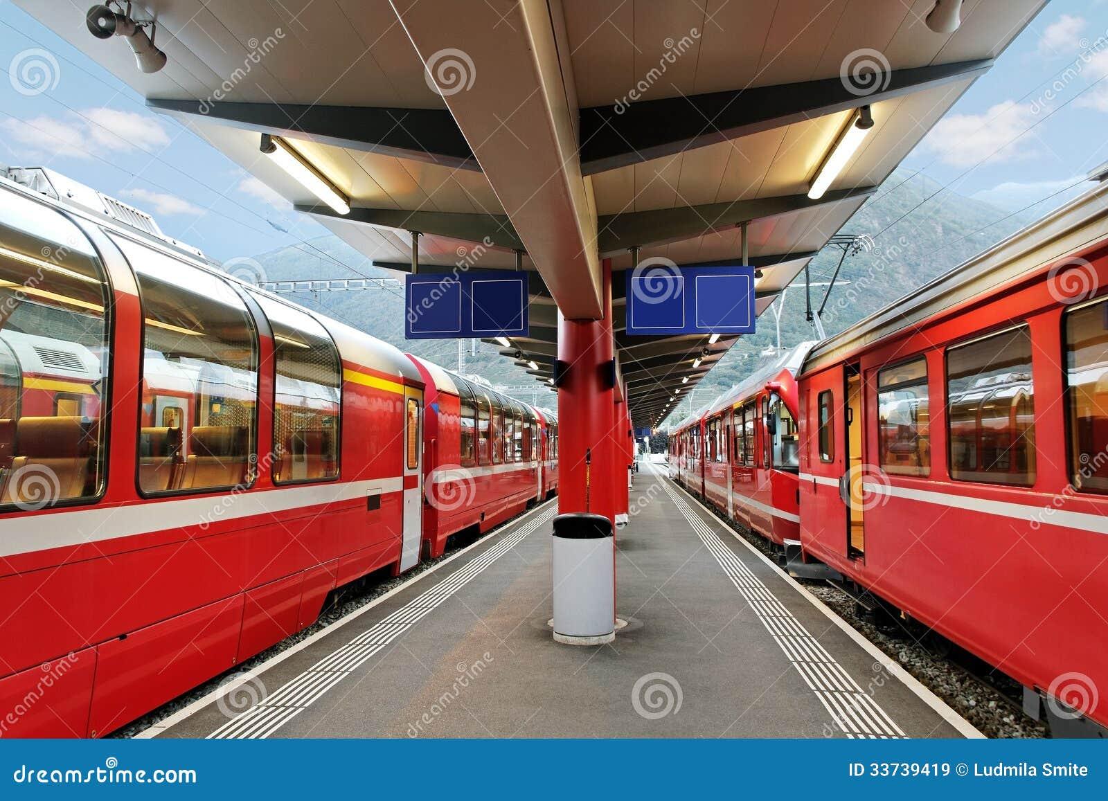 Поезда красного цвета.