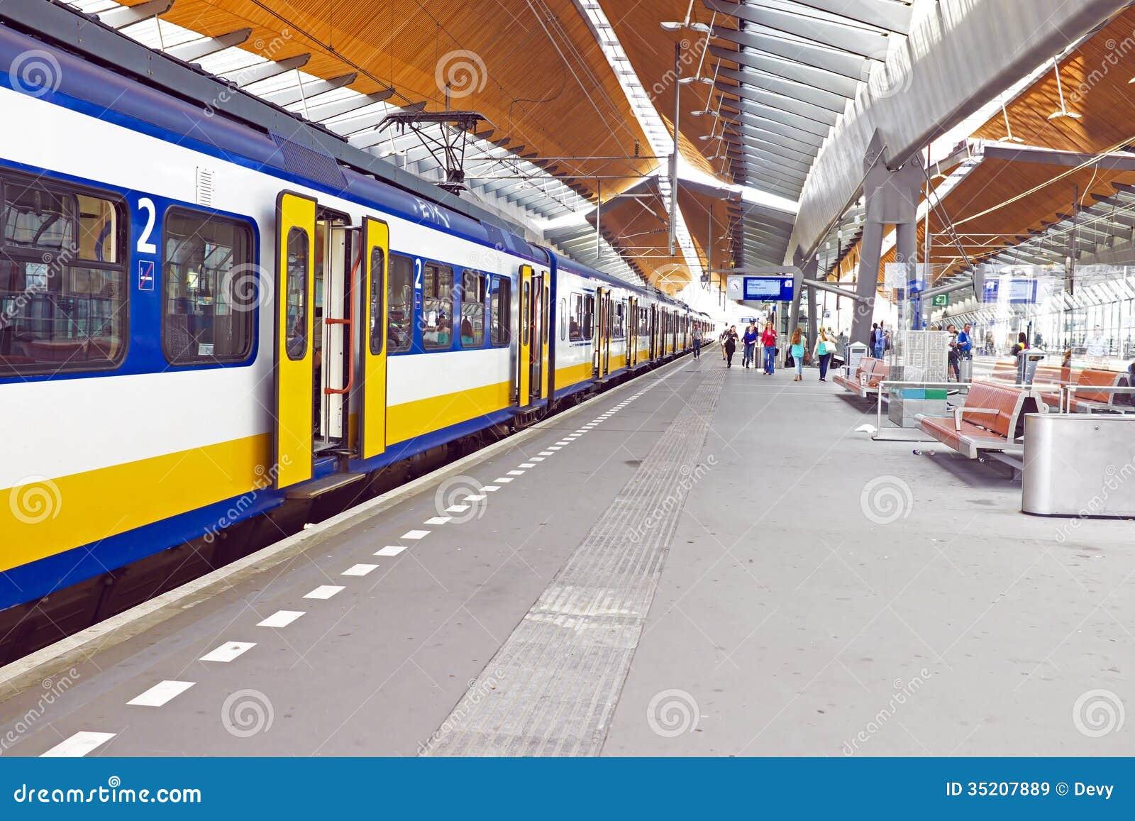 Поезд приезжая в Амстердам Нидерланды