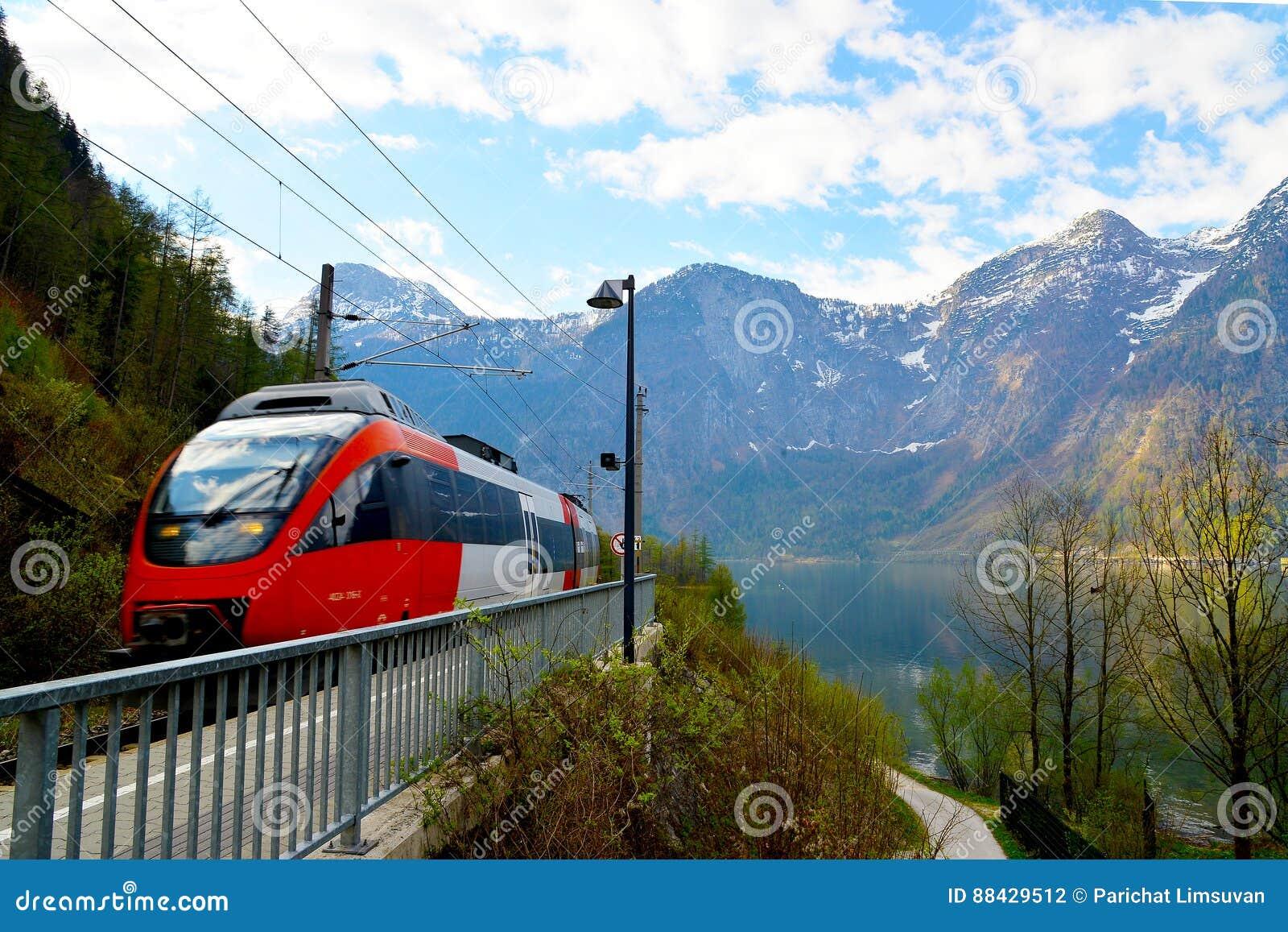 Поезд проходя Hallstatt