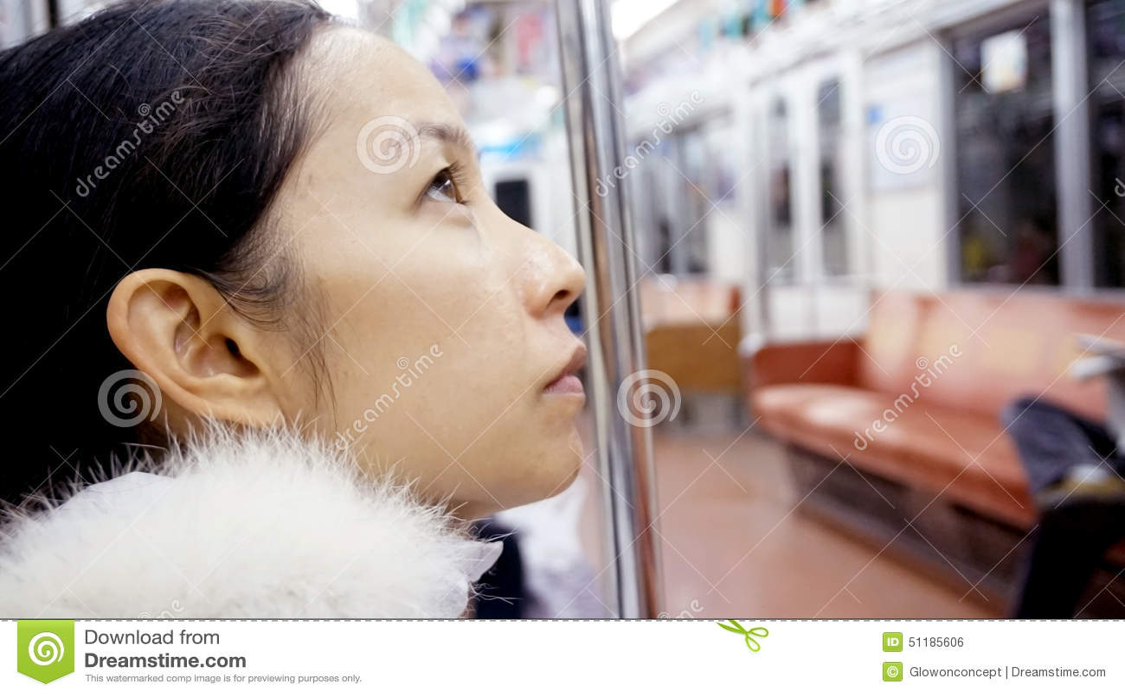 aziatskie-devki-na-transporte-podruga-nezhno-lizhet