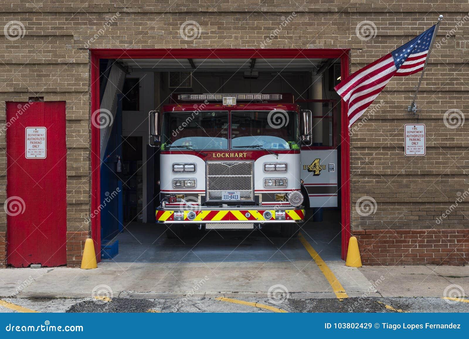Пожарная машина в своем гараже в отделении пожарной охраны Lockhart в городе Lockhart, Техаса