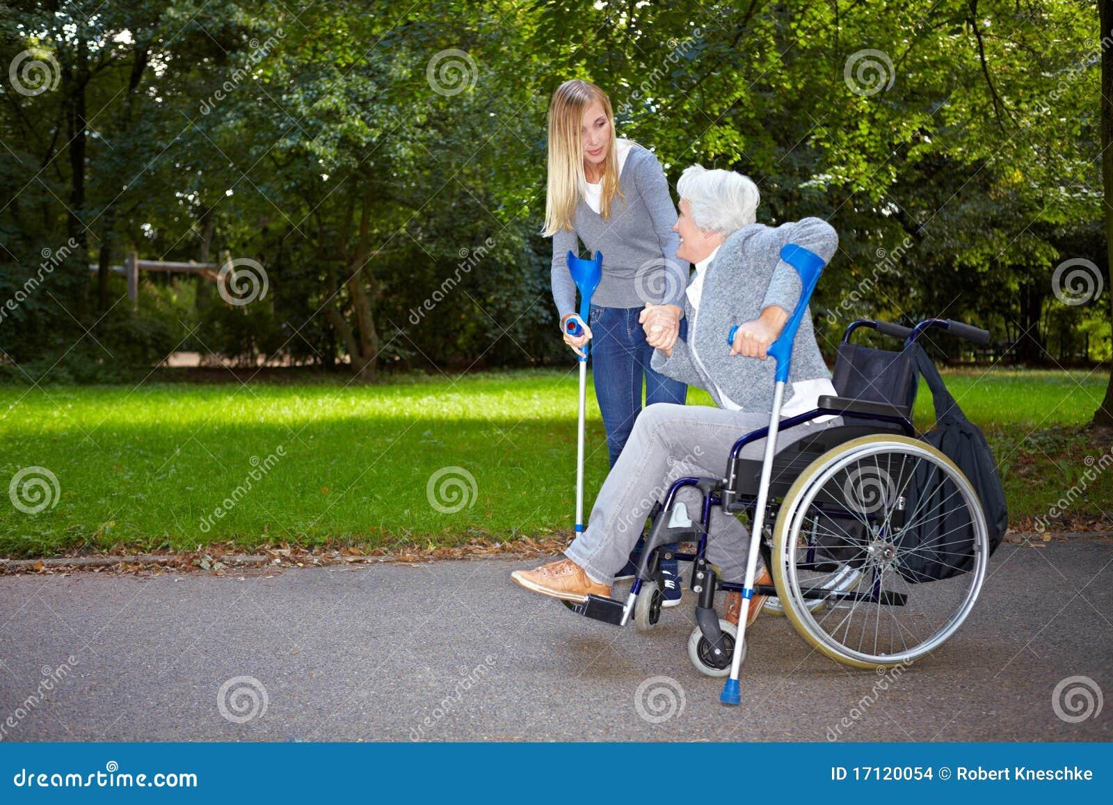 пожилая помогая женщина нюни