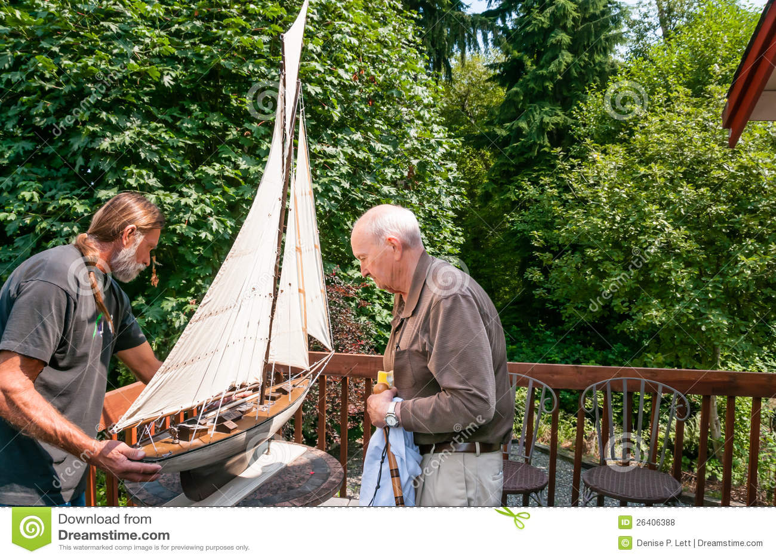 Пожилой отец и сынок работая совместно