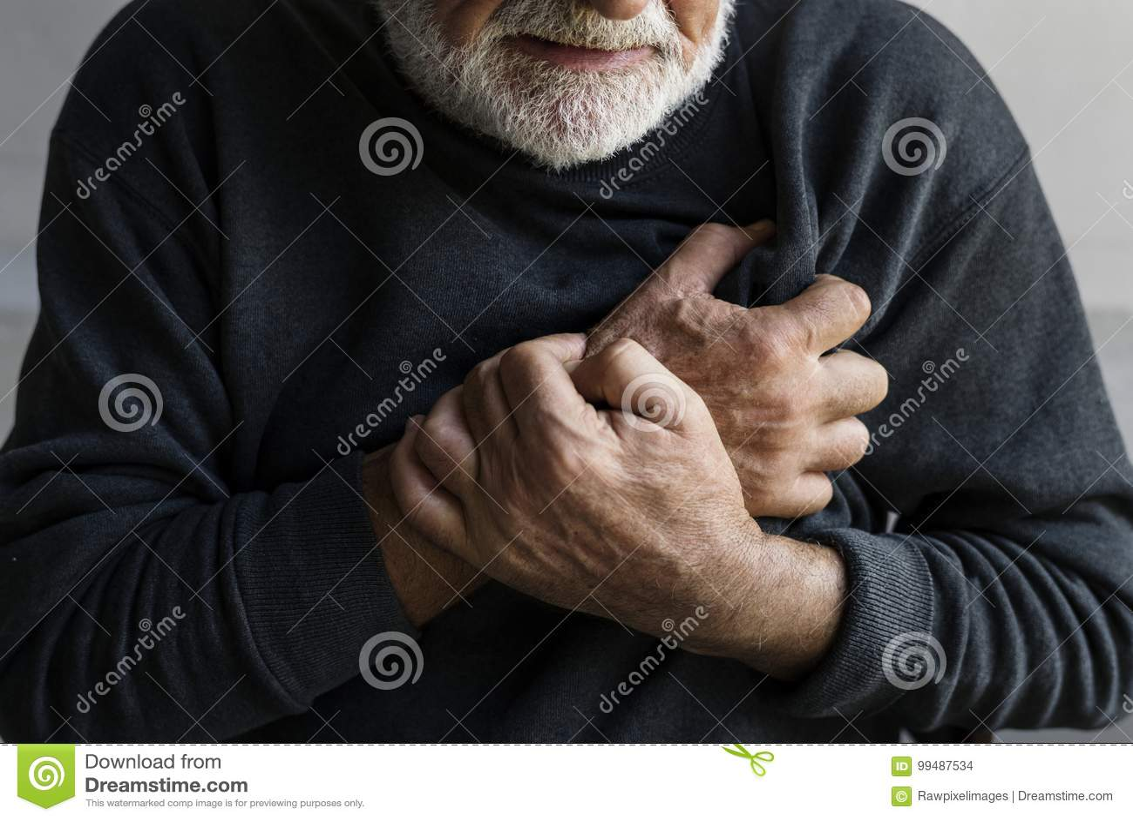 Пожилой человек имеет сердечный приступ с болью в груди