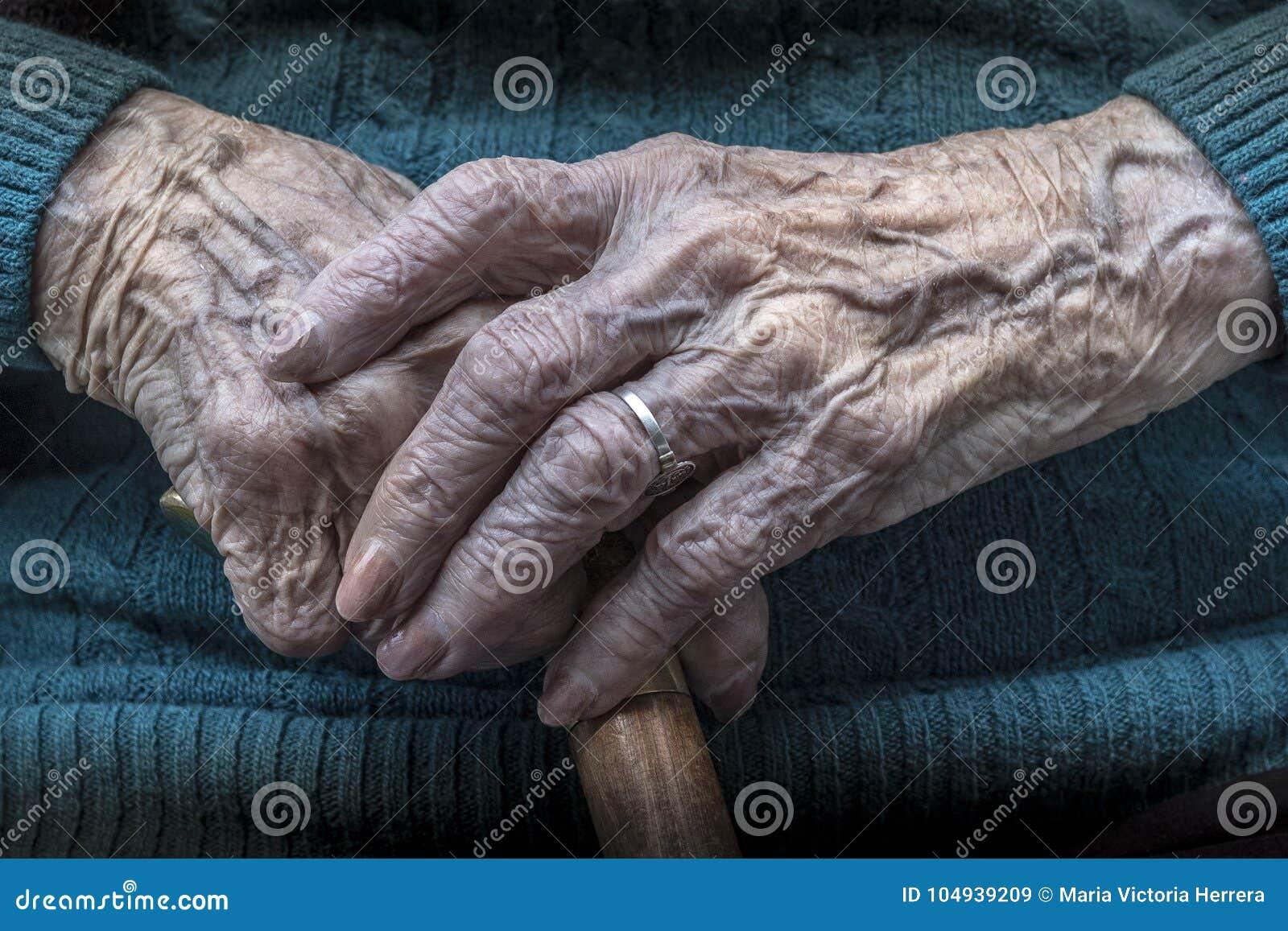 Download Пожилые женские руки маникюр и тросточка Стоковое Изображение - изображение насчитывающей возмужало, manicure: 104939209