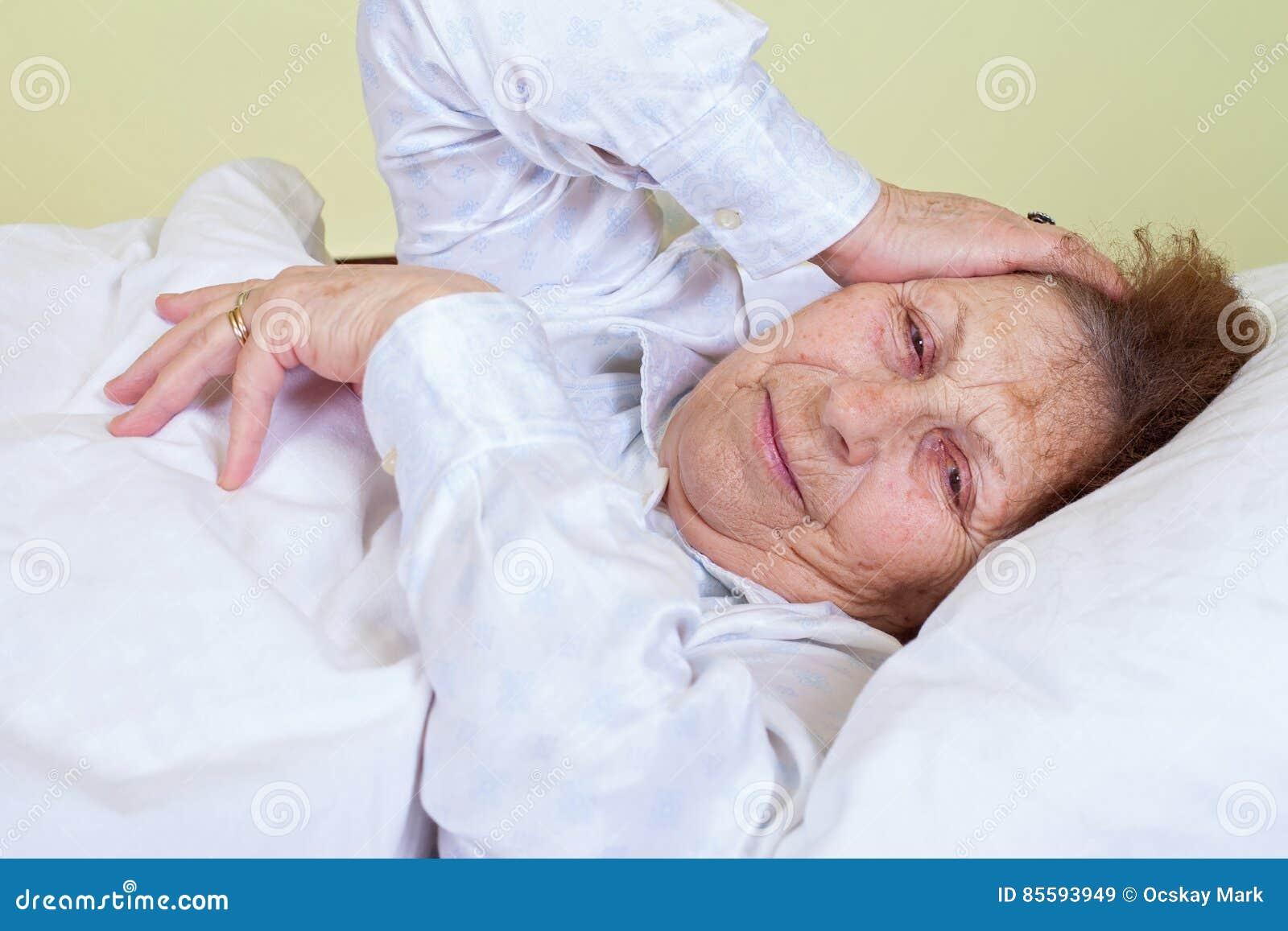 Пожилая женщина в кровати, онлайн смотреть усыплением