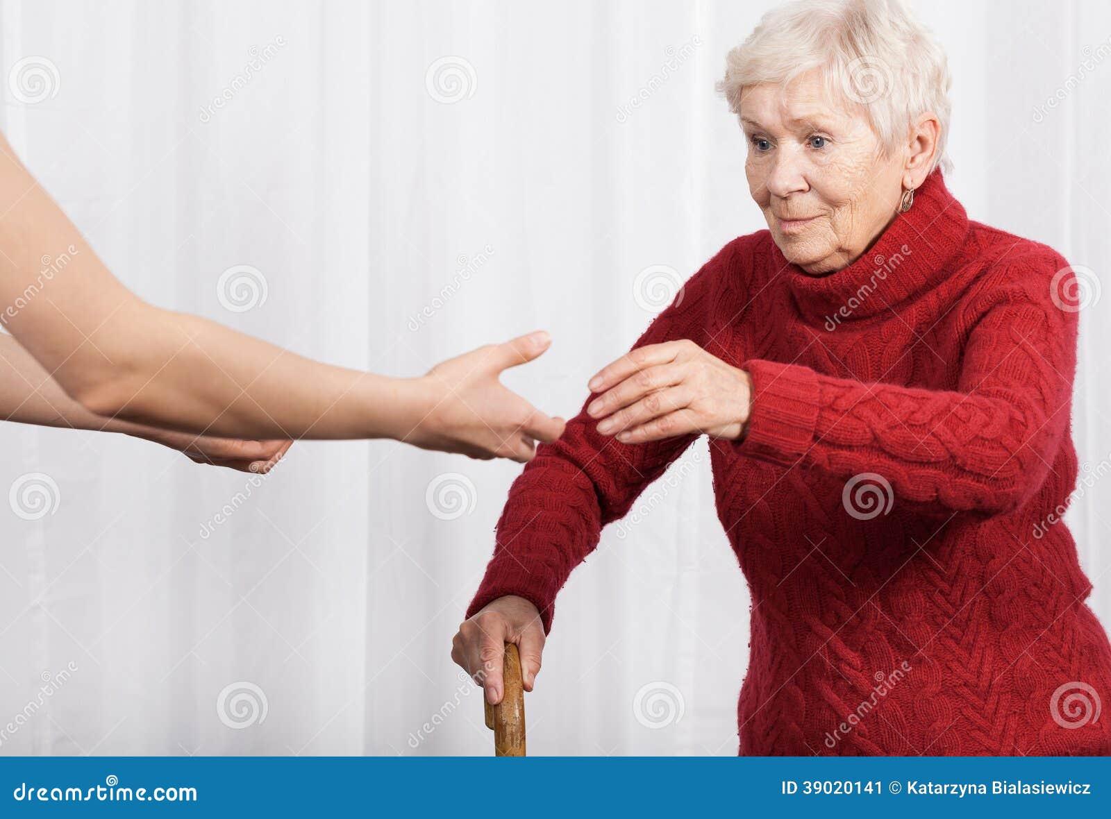 Пожилая женщина пробуя идти