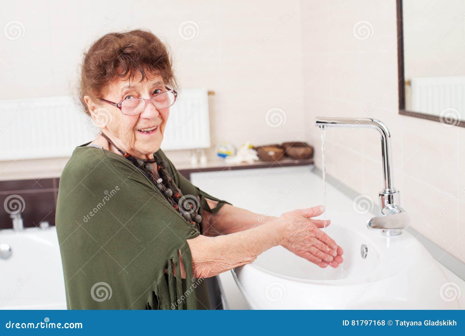Оля арнтгольц фото старушек в ванной