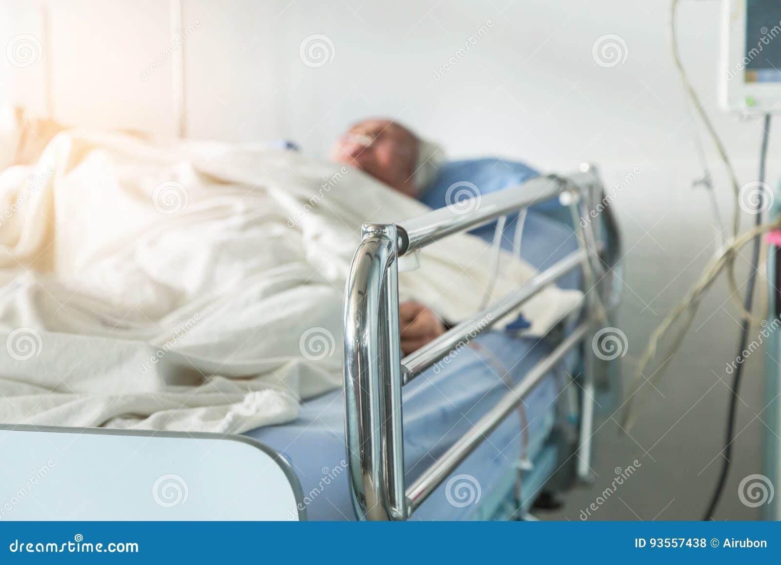Пожилой терпеливый сон на кровати в комнате больничной палаты