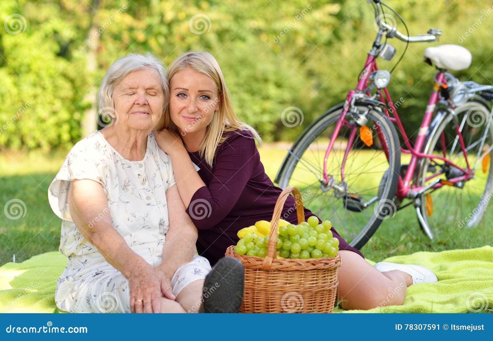 Фото женщин на пикнике #6