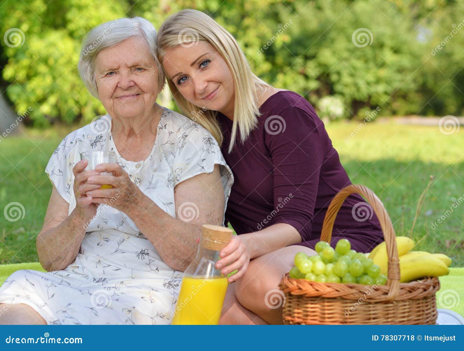Нарезка писсинга фото женщин на пикнике картинки
