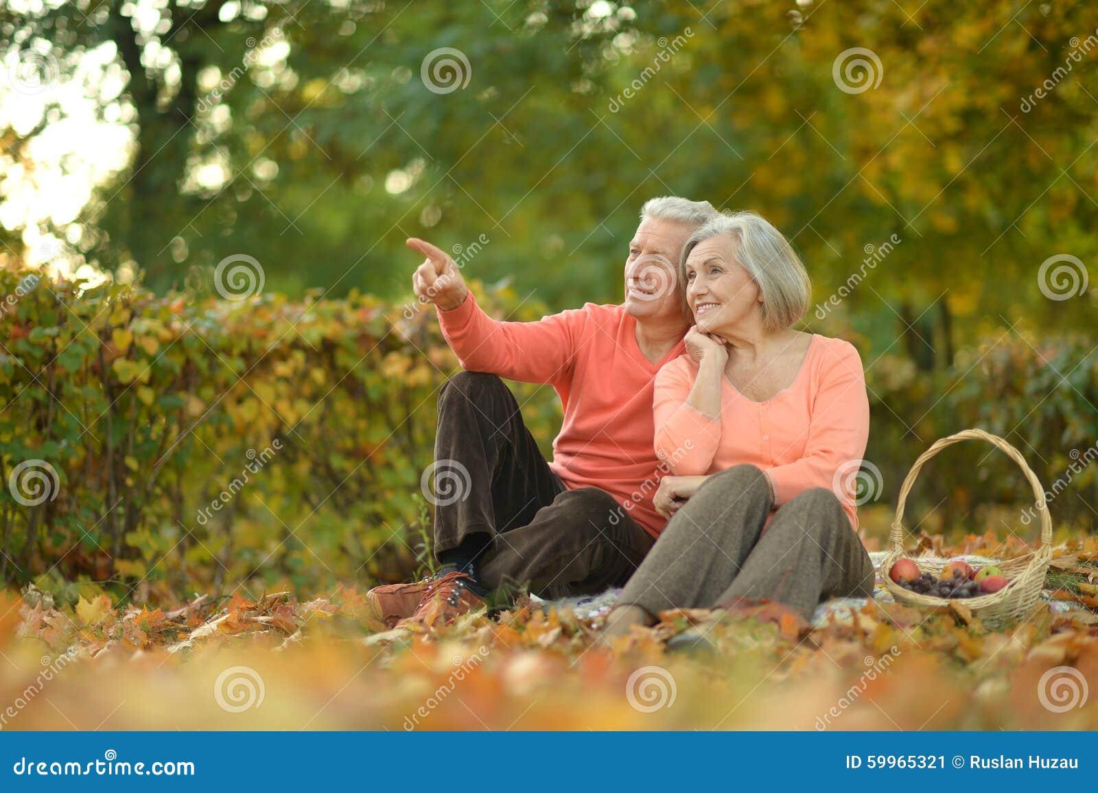 фото пожилые на природе