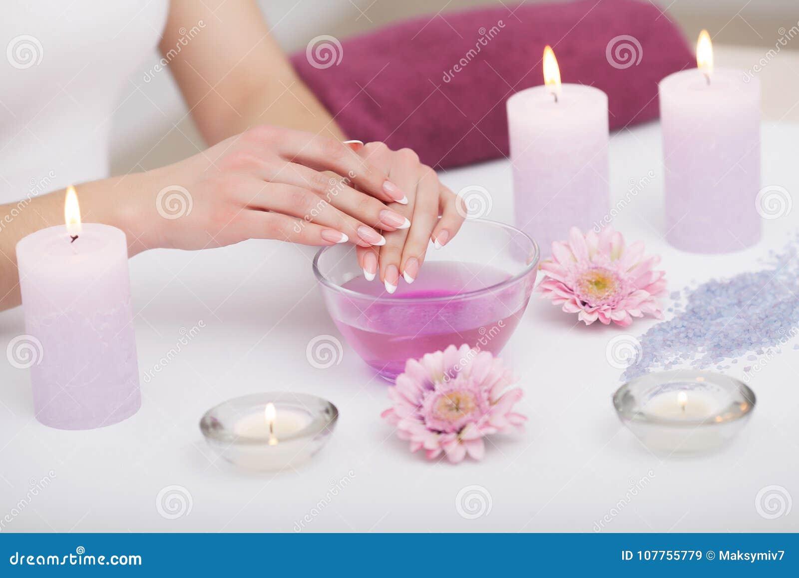 позаботьте ноготь ногтя хлопка извлекая политуру пробирки Крупный план красивых рук женщины с естественными ногтями i