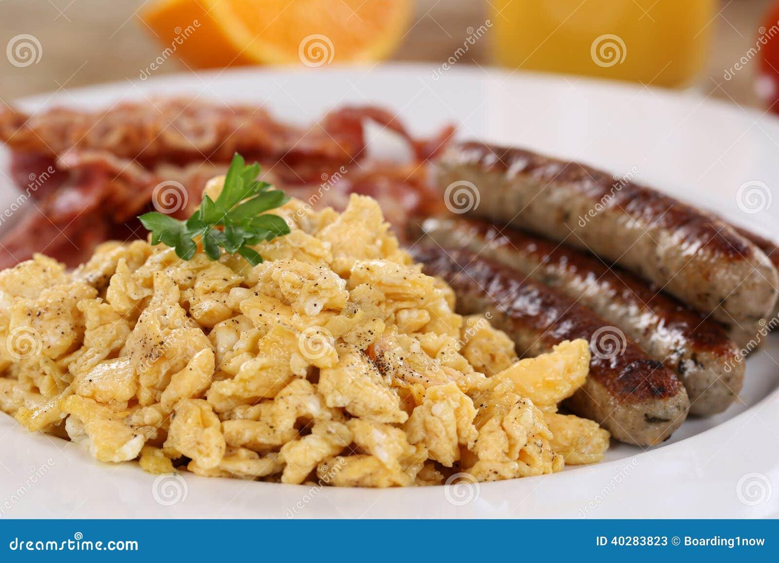 Позавтракайте с взбитыми яйцами, сосисками и беконом