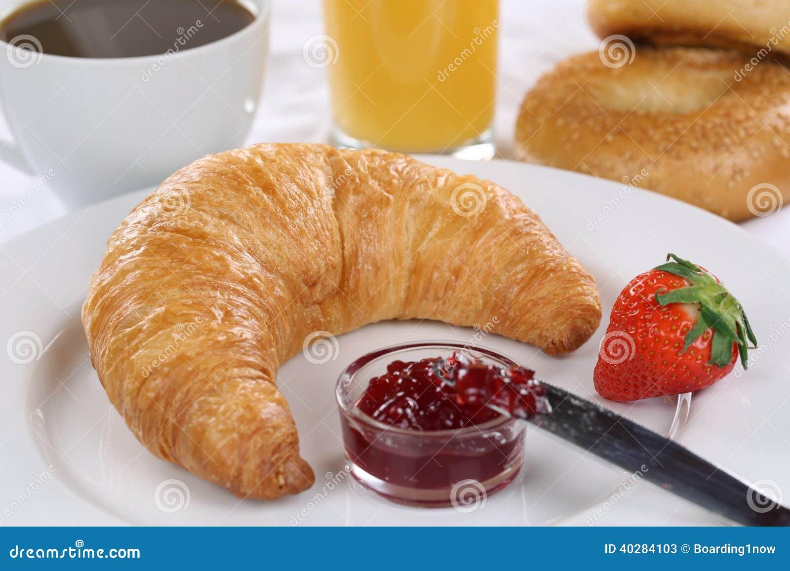 Позавтракайте с круассаном, кофе и апельсиновым соком