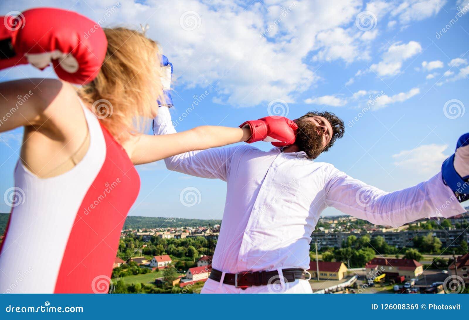 Позвольте ее концепции выигрыша Предпосылка неба боя перчаток бокса пар Сила прочности девушки уверенно Семья руководства