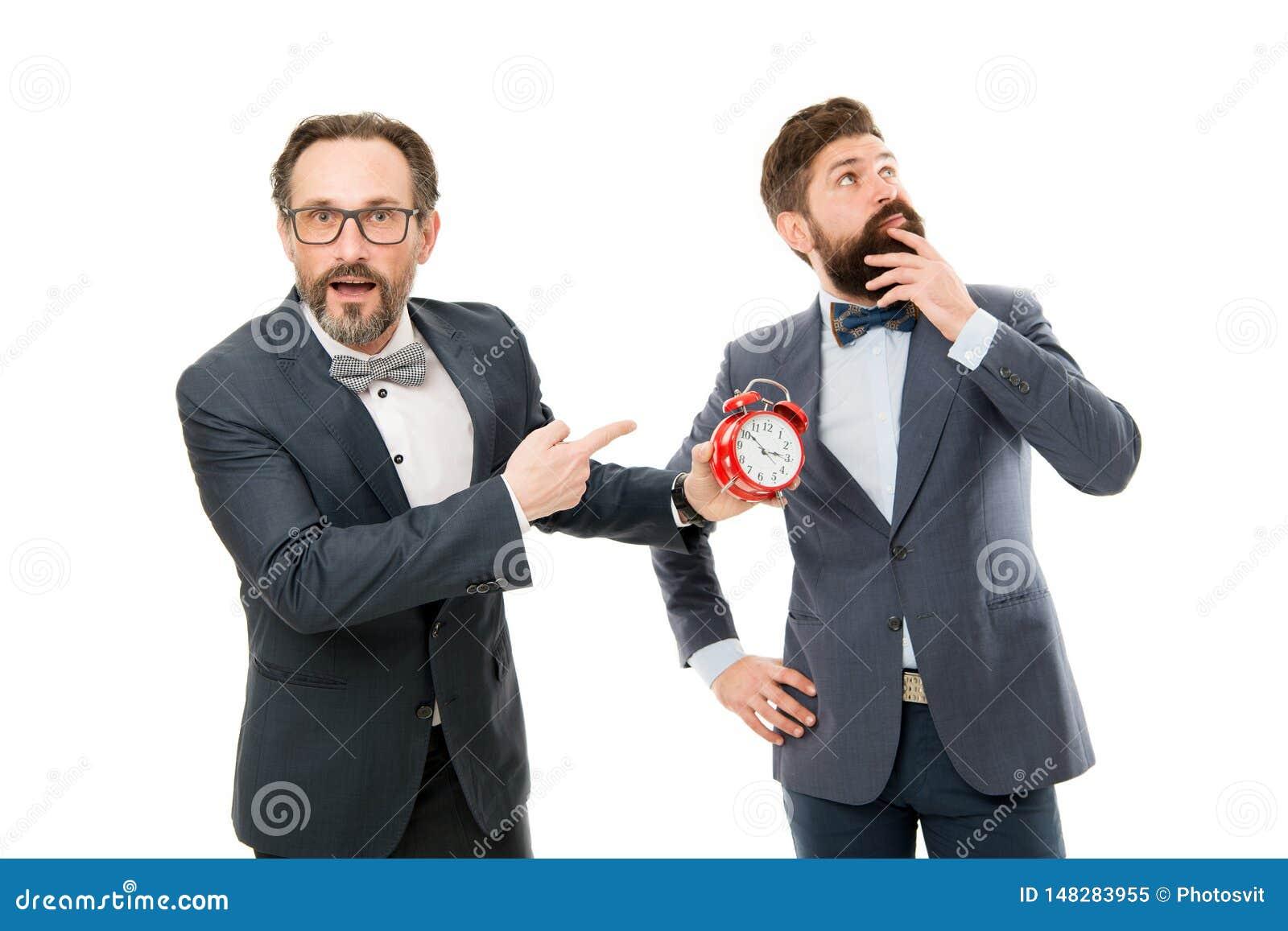 Поздно снова сердитые бизнесмены плохое утро много работа контроль времени зрелые бородатые люди в официальном сигнале тревоги вл