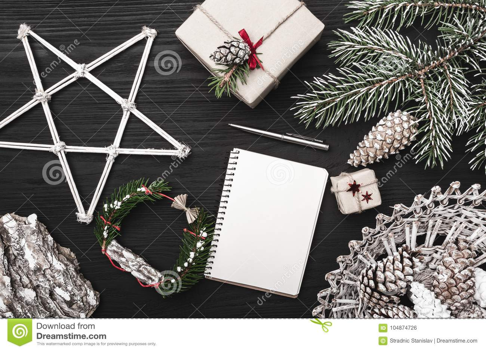 Поздравления на зимних отдыхах, ель с конусом, художнически украшенными декоративными объектами