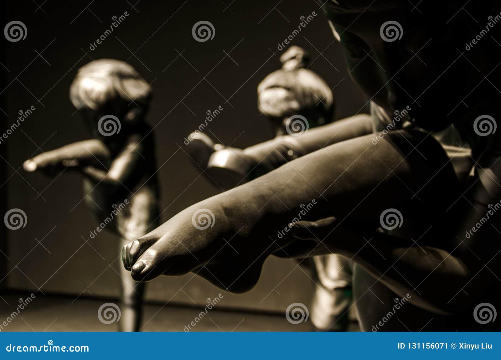 Позиция женщины держа ее ногу