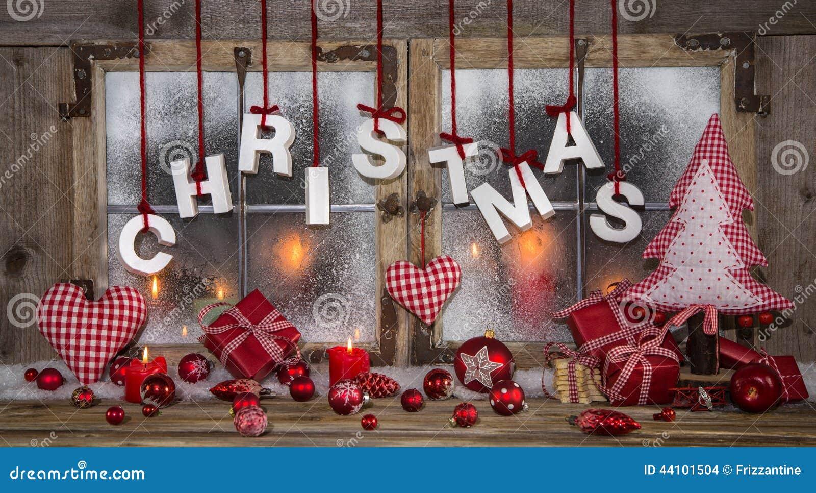 Поздравительная открытка рождества в красной, деревянном, свечах и с текстом