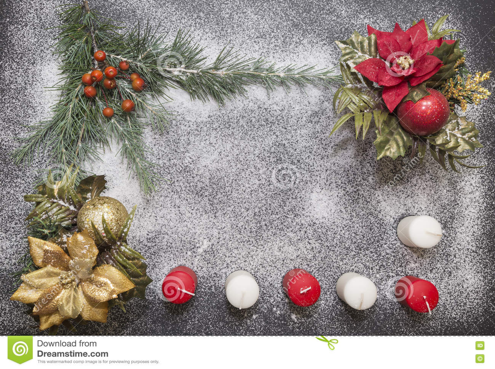 Поздравительная открытка с праздничным украшением на предпосылке снега имитируя сахар