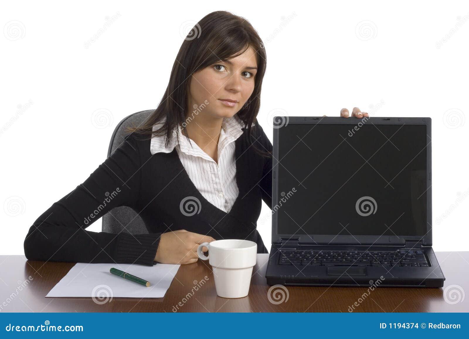 показывает женского работника экрана офиса