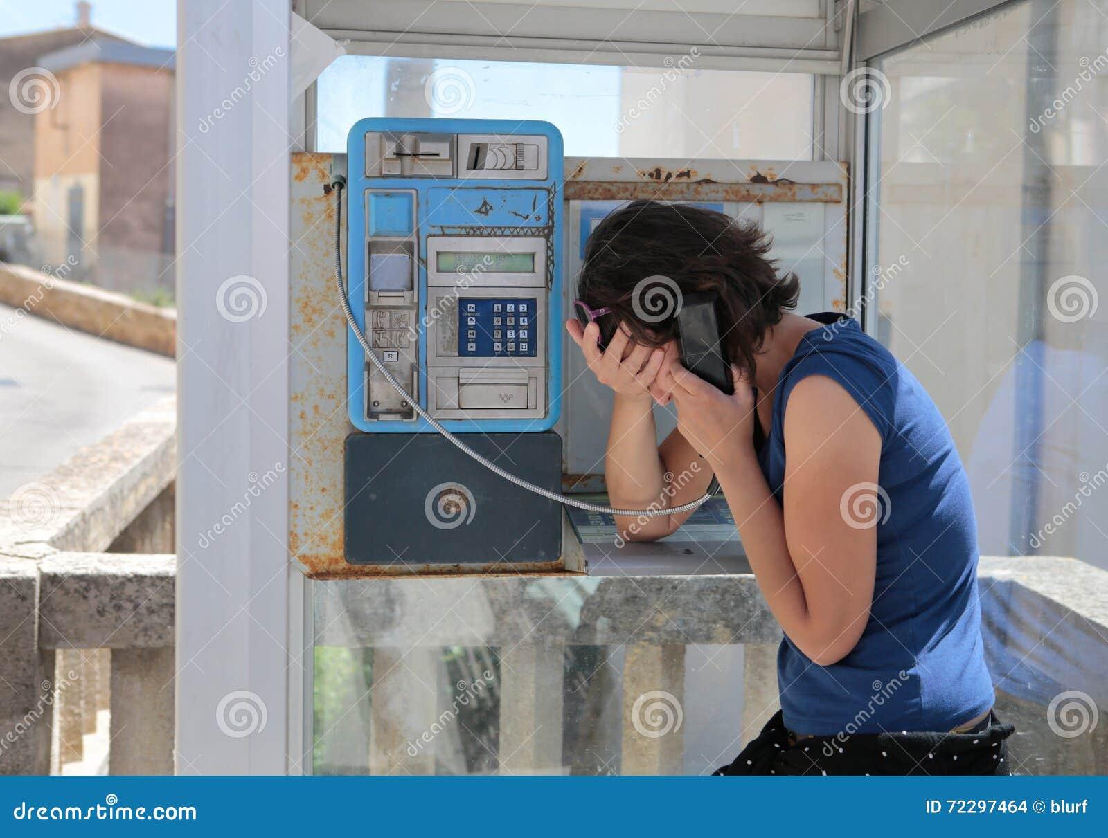 Download Показывать девушки унылый на кабине телефона Стоковое Фото - изображение насчитывающей остров, сообщение: 72297464