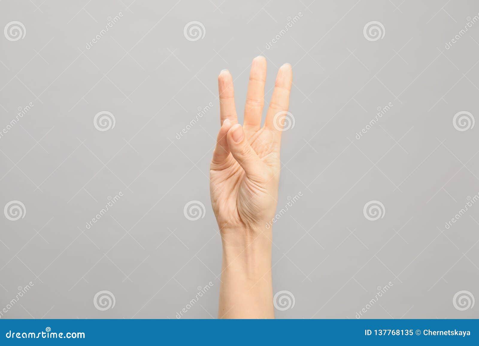 Показ 6 женщины на серой предпосылке Язык жестов
