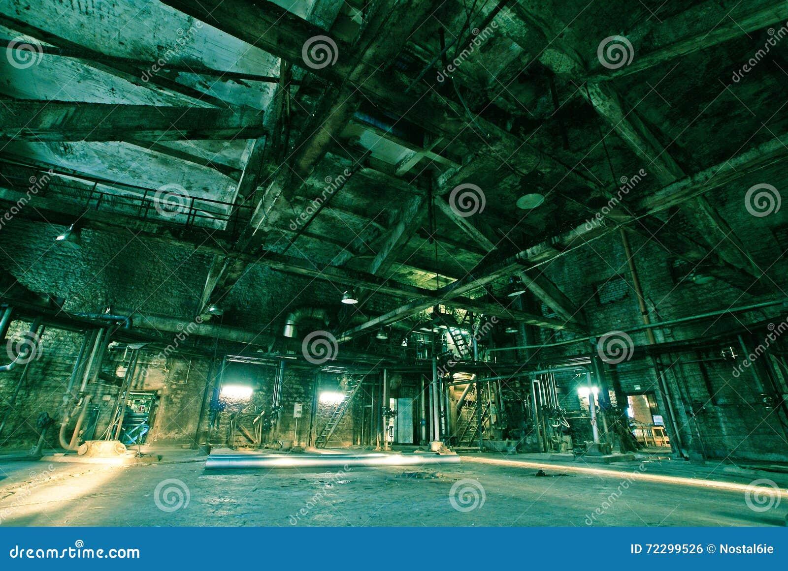 Download покинутая фабрика старая стоковое фото. изображение насчитывающей тюрьма - 72299526