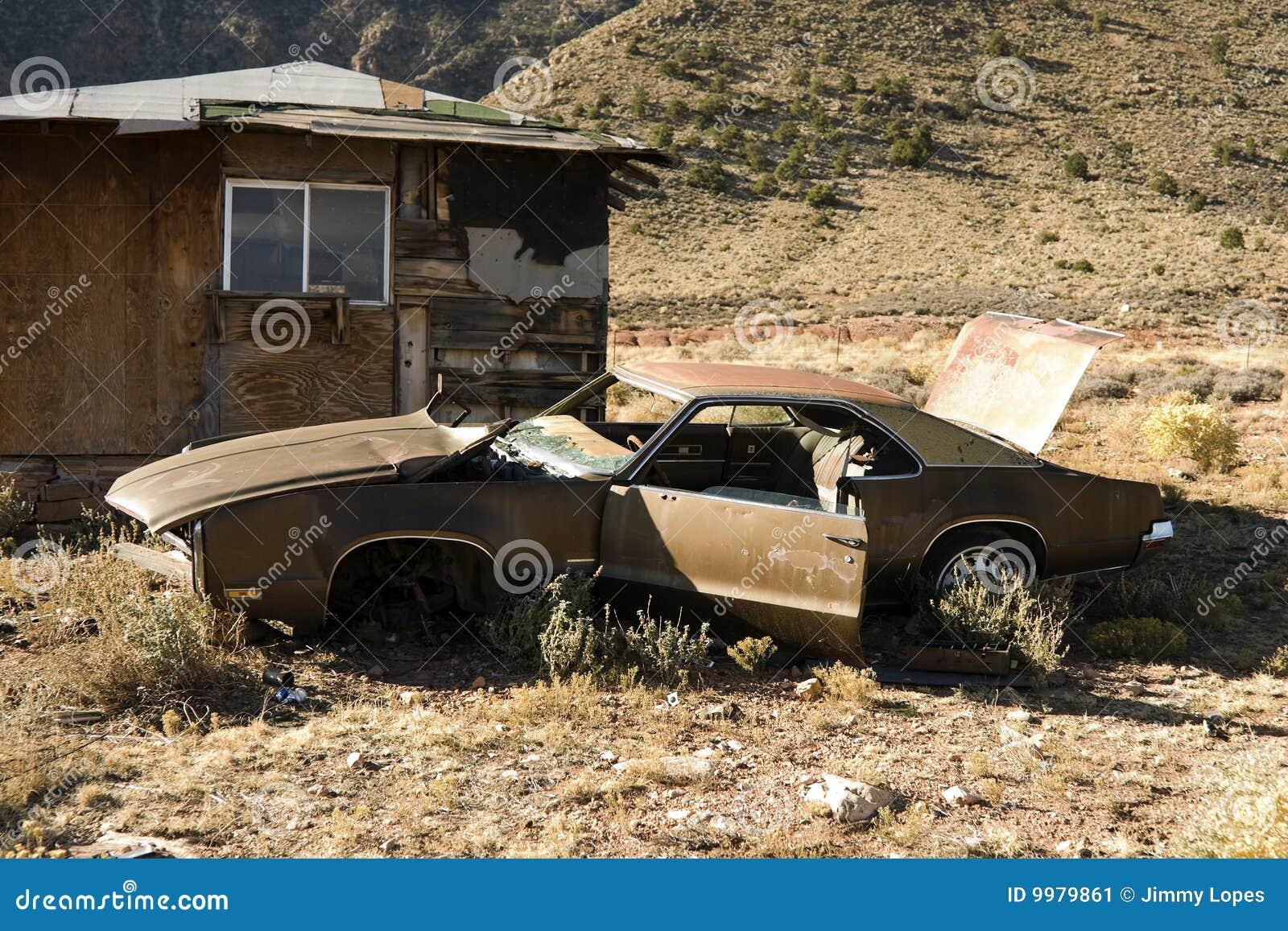 покинутое старье пустыни автомобиля