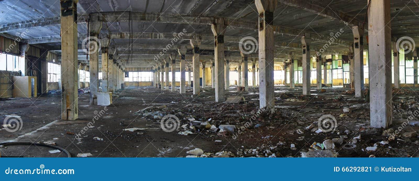 Покинутые руины интерьера фабрики - панорама