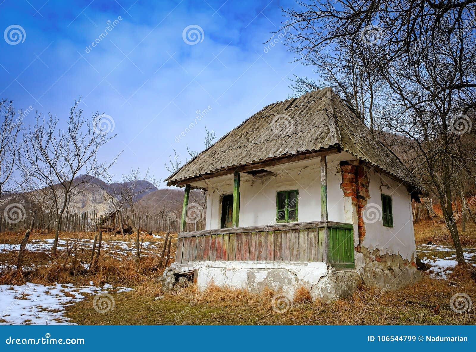 Покинутый дом в сельской местности