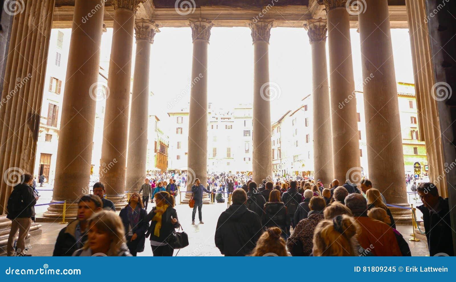 Покидать пантеон со своими известными столбцами в исторический район Рима