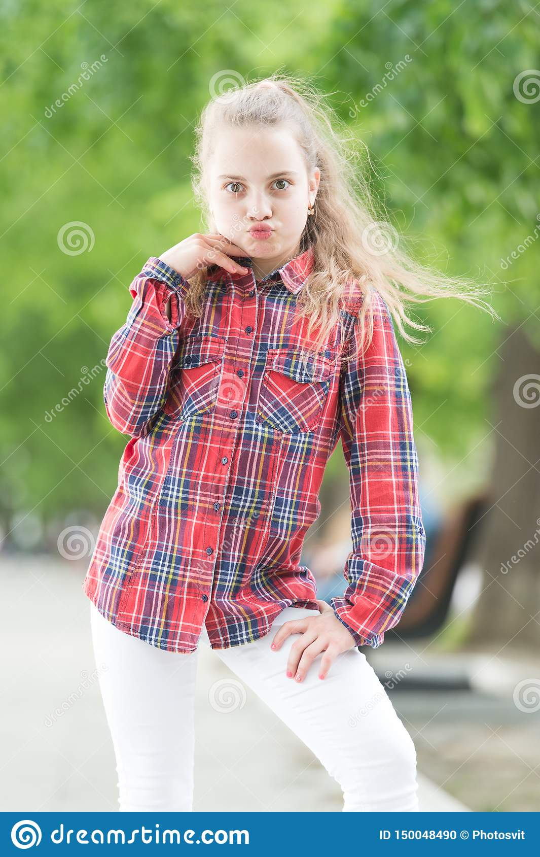 Поколение моды Прелестная девушка рубашки шотландки моды нося на летний день Модный маленький ребенок в случайном