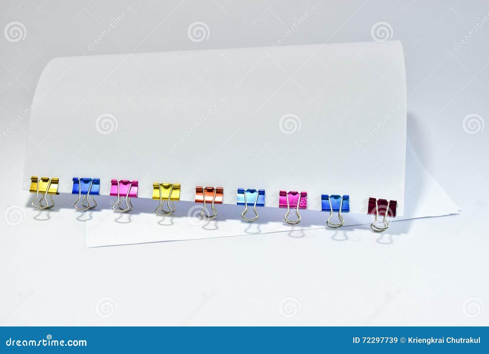 Download Покрасьте зажимы канцелярские товаров зажимов связывателя металла бумажные Стоковое Изображение - изображение насчитывающей струбцины, stationery: 72297739