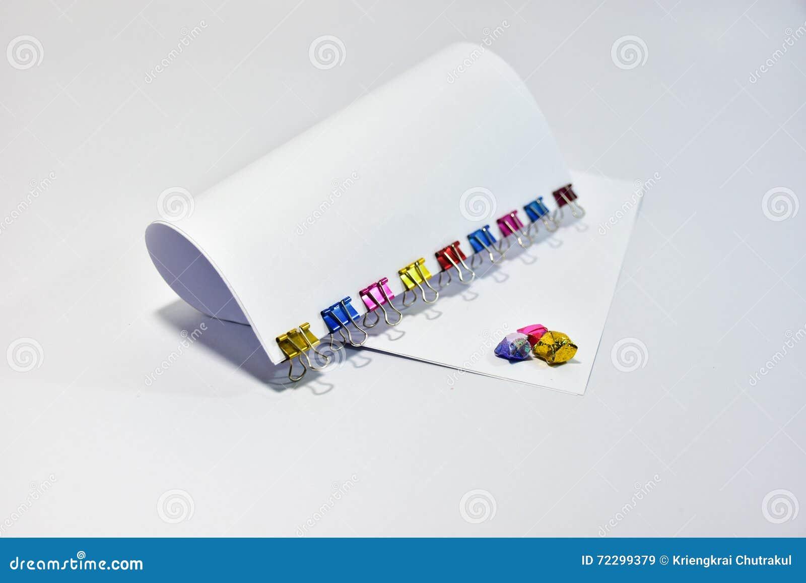Download Покрасьте зажимы канцелярские товаров зажимов связывателя металла бумажные Стоковое Изображение - изображение насчитывающей оборудование, струбцины: 72299379