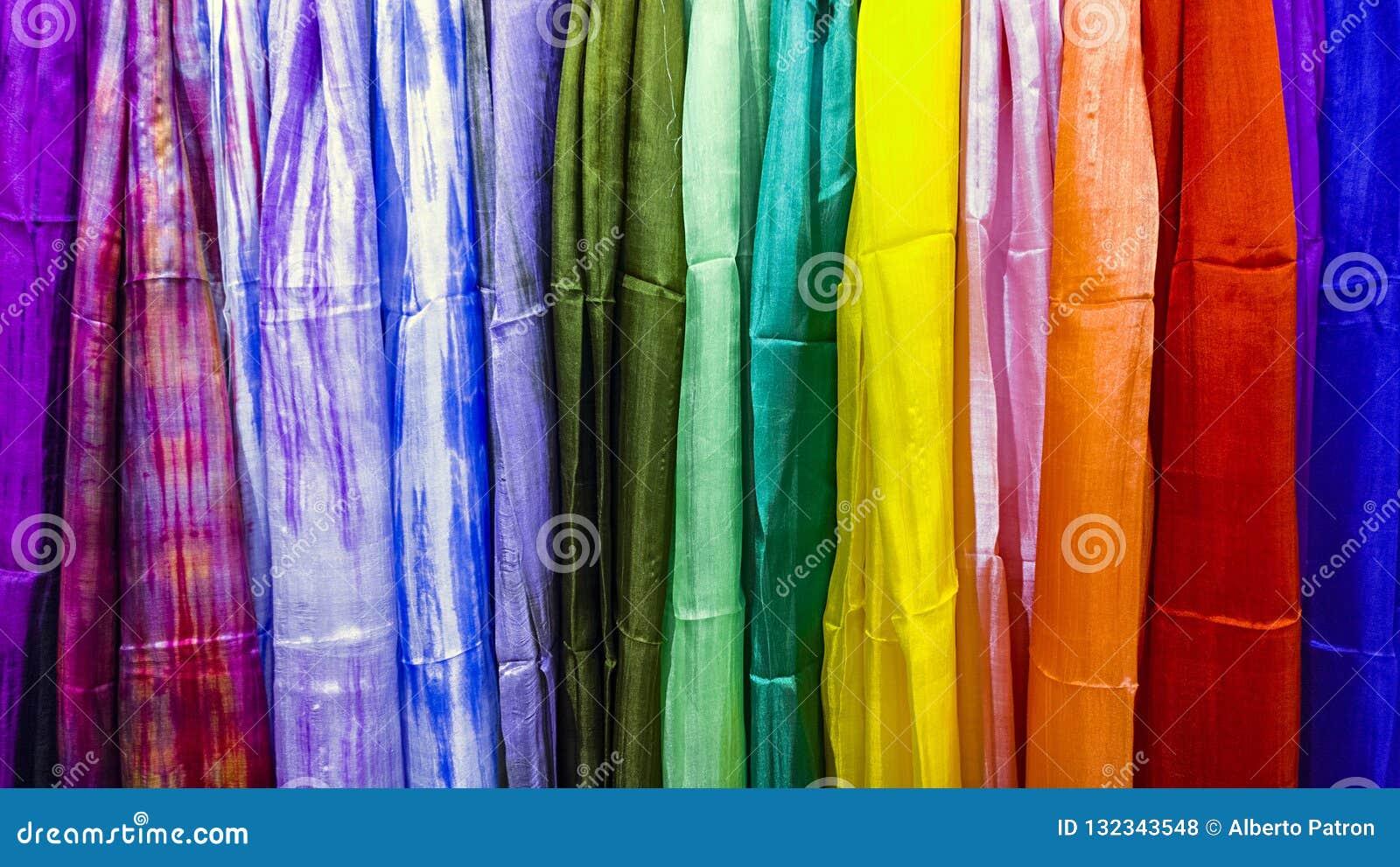 Покрашенная ткань текстуры как радуга
