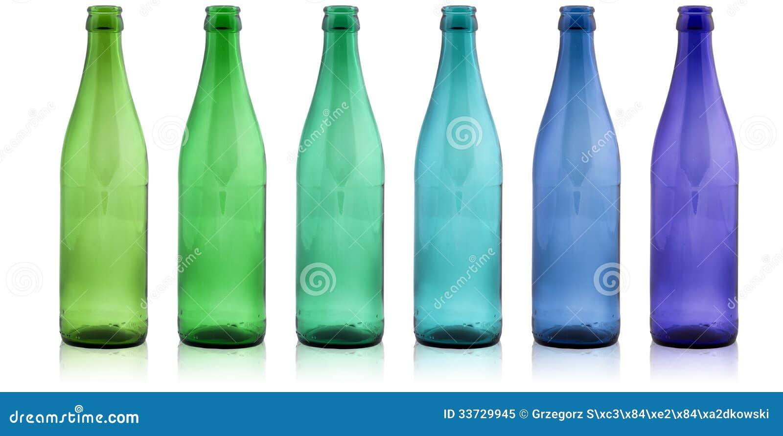 Покрашенные бутылки на белой предпосылке