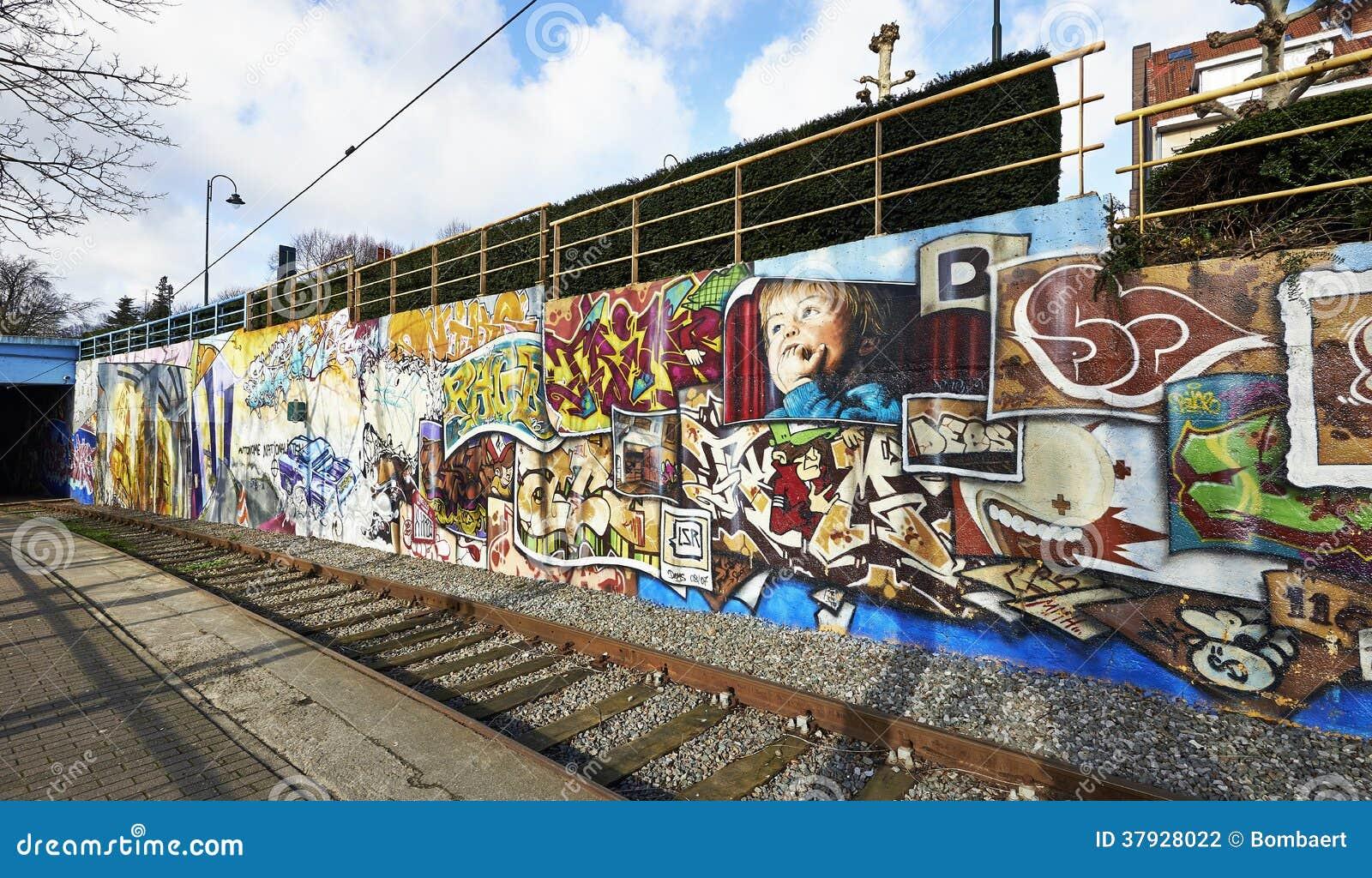 Покрашенные граффити на стене здания в Брюсселе, Бельгии