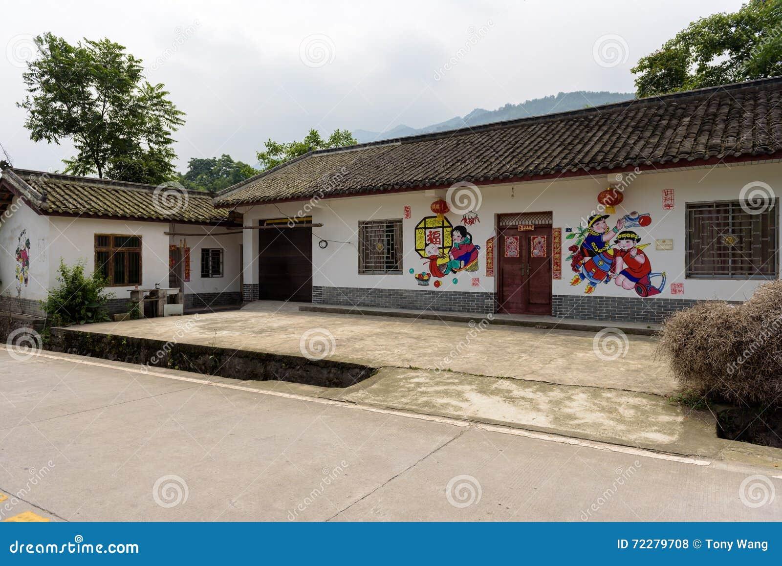 Download Покрашенный настенными живописями дом фермы Сфотографированный в Mianzhu Редакционное Стоковое Фото - изображение насчитывающей стена, дом: 72279708