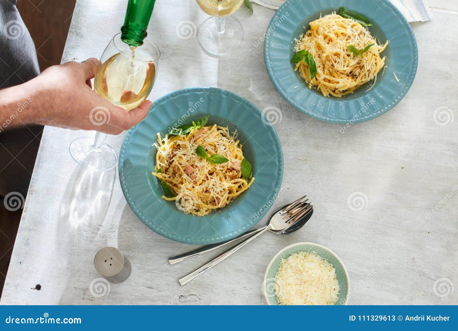 Покройте свежее домодельное взгляд сверху белого вина carbonara спагетти